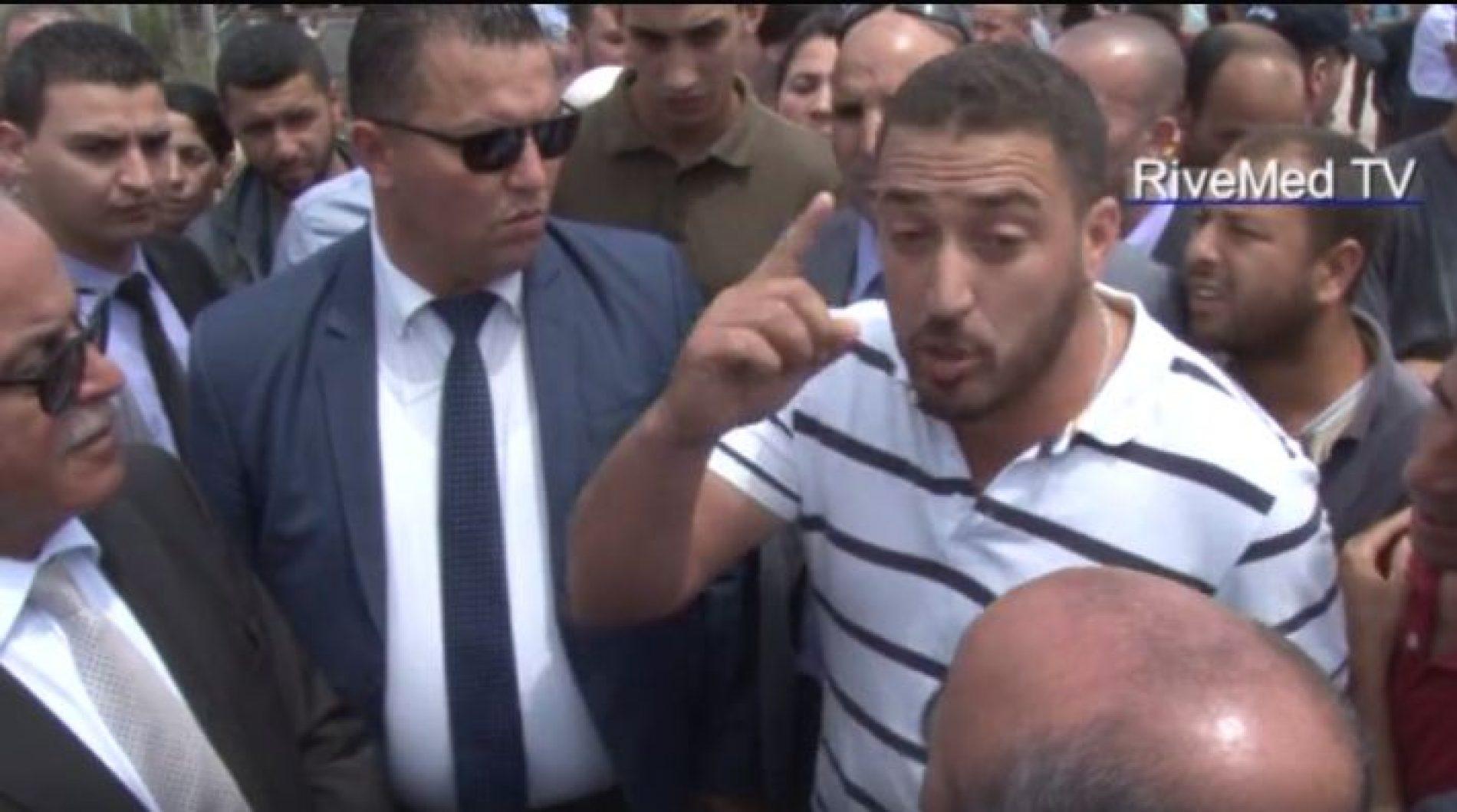 VIDEO: Hamid Grine empêché de se recueillir sur la tombe de Tahar Djaout en Kabylie